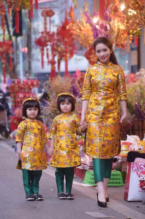 Lung linh ba mẹ con trong tà áo dài đồng phục